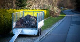 Gartenabfälle und Erdaushub richtig entsorgen: Darauf sollte man achten